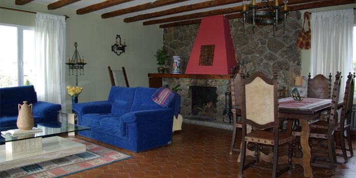 Salón, comedor y chimenea